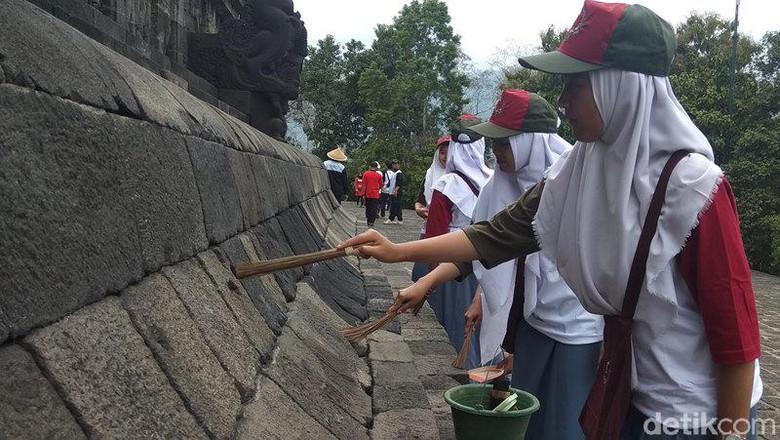 Proses pembersihan Candi Borobudur dengan menggunakan peralatan sederhana. (Eko Susanto/detikcom)