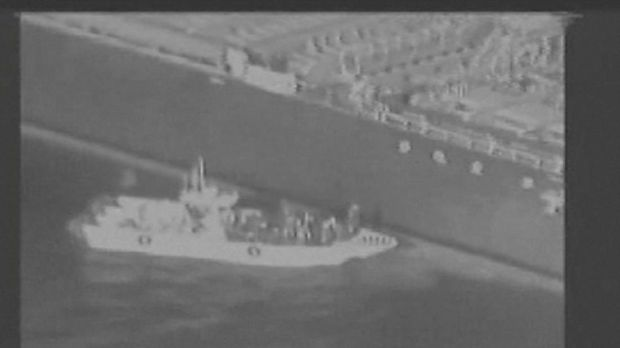 Momen saat kapal patroli Iran memindahkan ranjau yang tidak meledak dari kapal tanker yang diserang di Teluk Oman