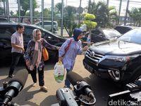 Berkacamata Hitam, El dan Dul Jenguk Ahmad Dhani di Rutan Cipinang