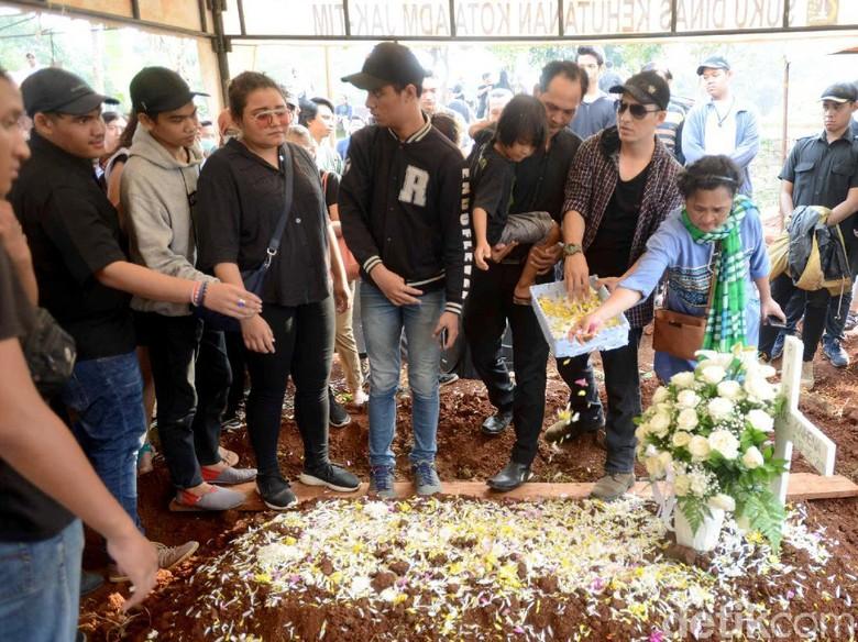 Foto: Pemakaman Robby Sugara (Ismail/detikFoto)