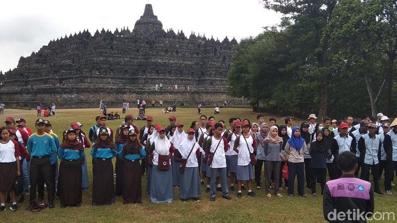 Balai Konservasi Borobudur (BKB) bersama pelajar, Pramuka dan warga melakukan aksi bersih Candi Borobudur. Aksi bersih-bersih ini menggunakan alat sederhana. (Eko Susanto/detikcom)