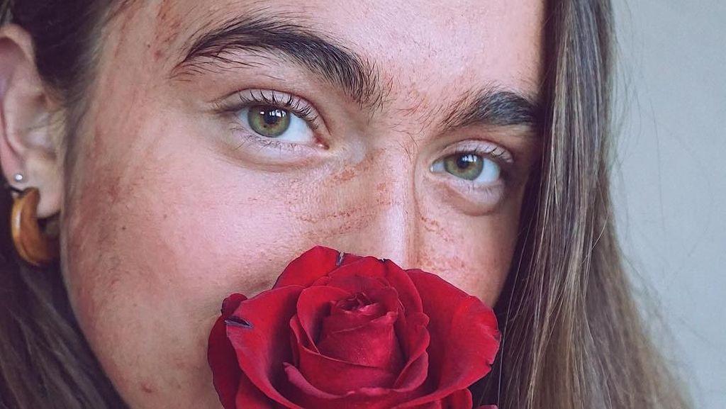 Begini Tampilan Wajah Wanita yang Sering Maskeran dengan Darah Menstruasi