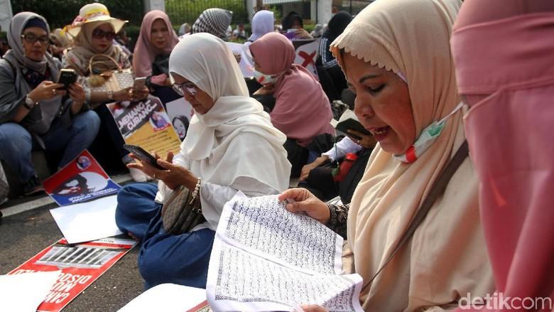 Massa Emak-emak Kompak Baca Alquran di Depan MK