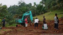 Mau Bantu Petani, Seorang Warga Agam Buka Jalan Sepanjang 5 Km
