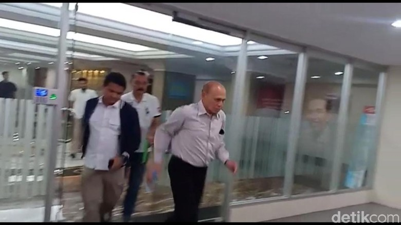 Usai Diperiksa Polisi, Kivlan Zen Berlari Hindari Wartawan