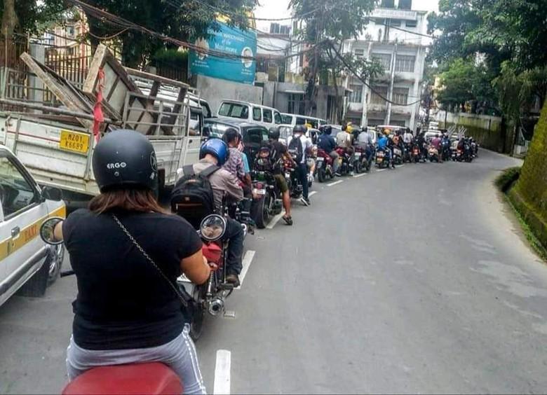 Pengendara motor tertib antre. Foto: Facebook Motorcycle Tourers Association