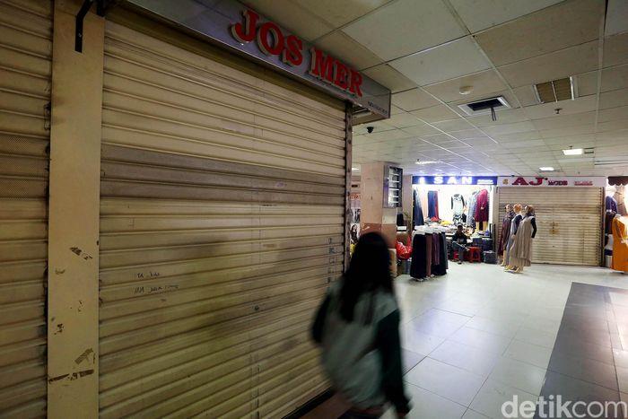 Suasana di Pasar Tanah Abang siang ini nampak sepi. Sejumlah toko nampak masih tutup dan belum berjualan kembali, Jakarta, Jumat (14/6/2019).