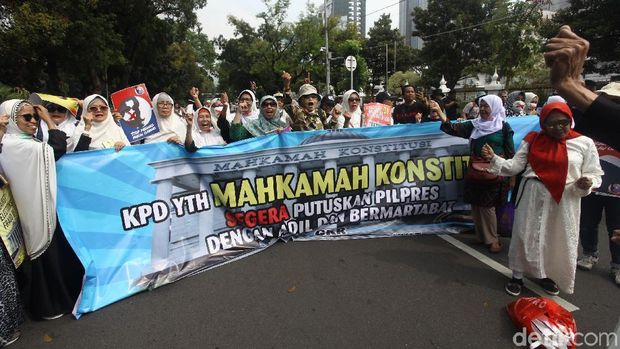 Massa Kawal Sidang Sengketa Pilpres 2019 Orasi di Patung Kuda, Jumat (14/6).