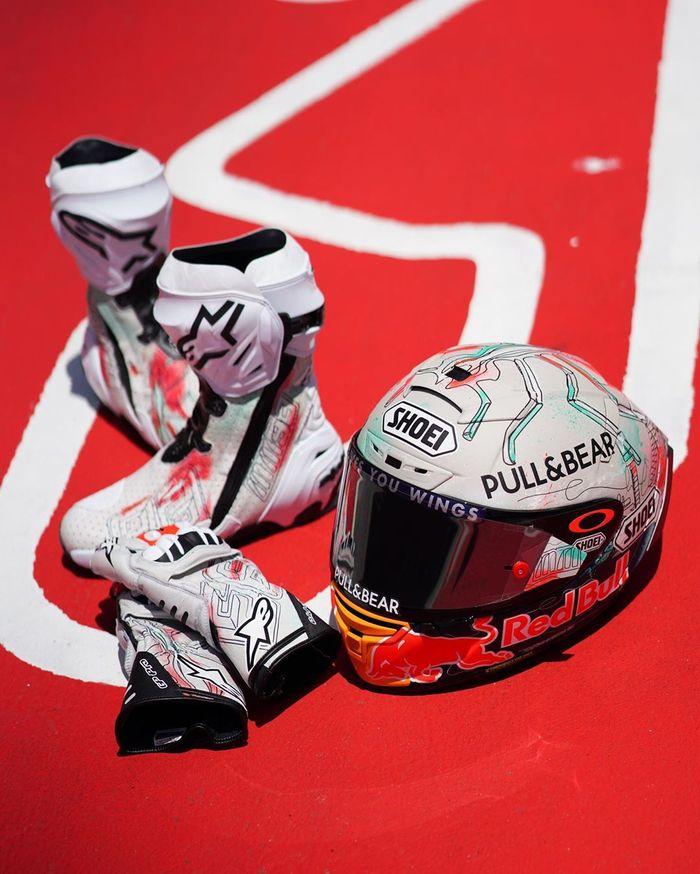 Tak cuma helm, sepatu dan sarung tangan yang akan dipakai Marquez di MotoGP Catalunya punya desain khusus. Meski warna putih dominan, tetap ada kelir merah yang menjadi ciri khas Marquez. (Foto: Instagram @marcmarquez93)