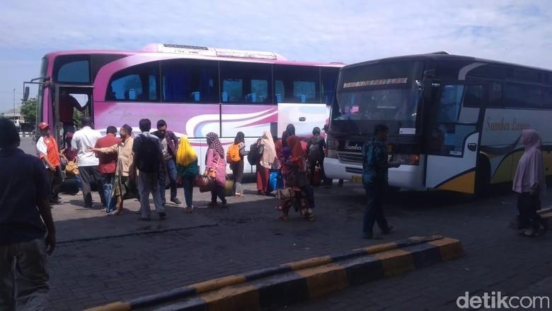 Pemudik keberatan dengan harga tiket bus dari Kudus ke Terminal Pulo Gebang Jakarta yang masih mahal, (14/6/2019).