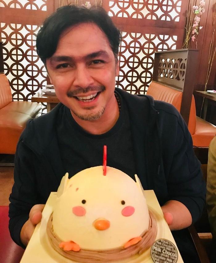 Ini senyum manis Thomas kala menerima kue ulang tahun yang lucu. Di usia barunya yang ke-50, banyak netizen memuji betapa awet mudanya Thomas. Foto: Instagram thomasdjorghi