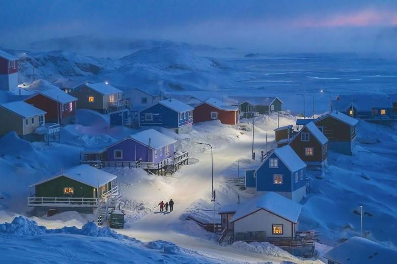 Grand Prize dan pemenang di kategori Cities diraih Weimin Chu yang memotret kampung nelayan di pulau kecil di bagian barat Greenland. Foto: National Geographic