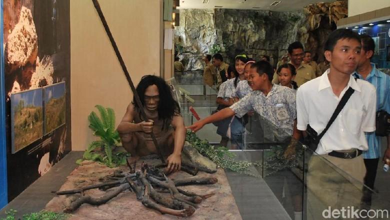 Pengunjung menyaksikan diorama kehidupan manusia purba di Museum Karst Indonesia Wonogiri (Aris Arianto/detikcom)