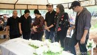 Haru keluarga di pemakaman Robby Sugara. Foto: Ismail/detikFoto
