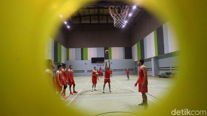 Timnas basket berlati di GOR Sormantri Brodjonegoro. (Rifkianto Nugroho/detikSport)