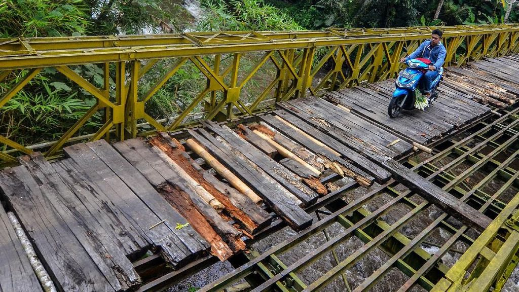 Duh, Meski Berbahaya Warga Nekat Lintasi Jembatan Bailey