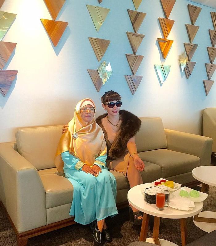 Kerap tampil glamor, Roro ternyata punya hubungan yang dekat dengan sang ibu. Ia sering menghabiskan waktu bersama, salah satunya bersantai sambil makan bersama. Foto: Instagram @roro.fitria1989