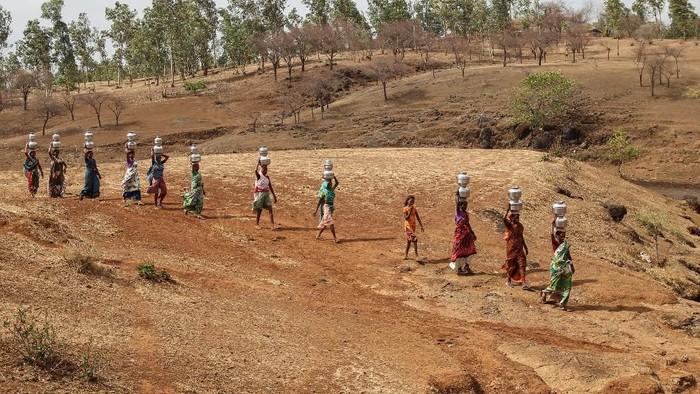 Suhu ekstrem melanda sejumlah kawasan di India. Hal itu membuat warga kesulitan mendapatkan air bersih karena kekeringan.