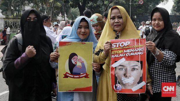 Peserta aksi yang digelar oleh Gerakan Nasional Kedaulatan Rakyat (GNKR) di Silang Monas Barat Daya kawasan Patung Kuda Indosat, Jakarta, 14 Juni.