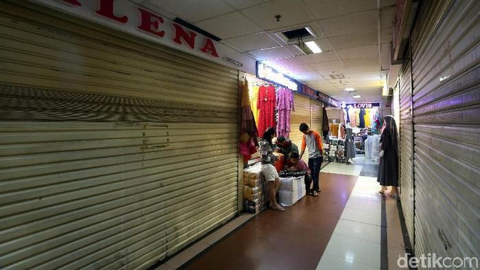 Suasana di Pasar Tanah Abang nampak sepi. Sejumlah kios masih tutup dan baru beberapa yang kembali berjualan. Hal itu dikarenakan sejumlah pedagang masih mudik.