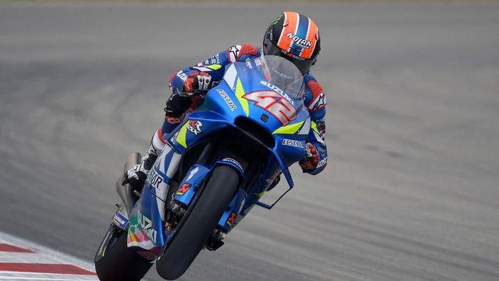 Alex Rins antusias menatap MotoGP Belanda. (Foto: Lluis Gene / AFP)