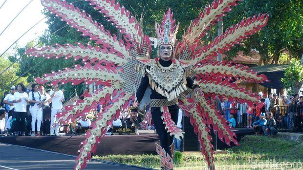 Busana Bambu Meriahkan Gelaran Festival Bambu Banyuwangi