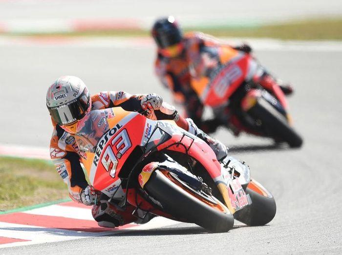 Dua pebalap Repsol Honda, Marc Marquez dan Jorge Lorenzo, di MotoGP Catalunya. (Foto: David Ramos/Getty Images)
