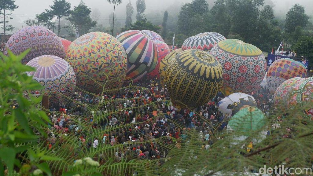 Warna-warni Balon Udara Hiasi Langit Wonosobo