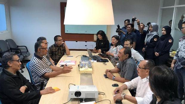 Suasana konsultasi tim hukum Prabowo dengan LPSK.