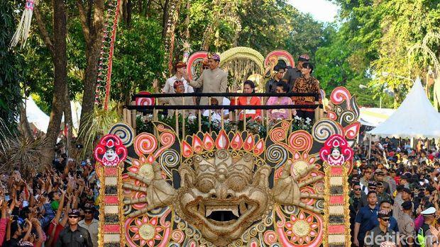 Naik Mobil Pawai, Jokowi Sapa Warga Bali