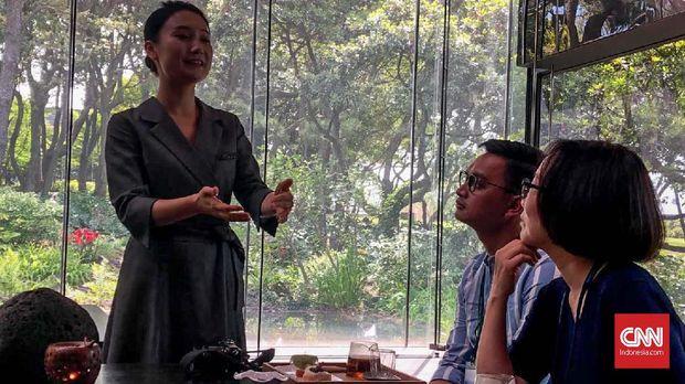 Pemandu mengajari peserta tata cara minum teh ala Korea Selatan di Museum Teh Osulloc, Jeju.