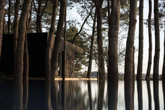 Studio 3A yang bermarkas di Lisbon memiliki proyek perumahan kecil di desa pesisir laut Comporta. Arsitek mendesain rumah agar tetap sejuk secara alami meskipun saat musim panas. Inhabitat./Nelson Garrido.