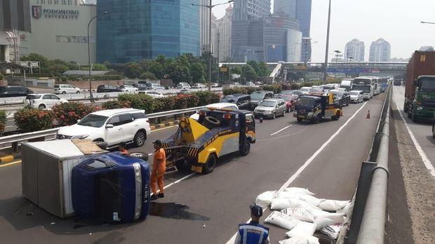 Mobil box kecelakaan di Tol Dalam Kota