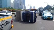 Kecelakaan Mobil Boks di Tol Dalam Kota Arah Cawang, Lalin Tersendat