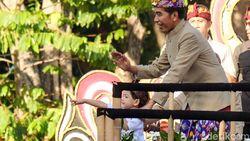 Naik Mobil Pawai Bersama Iriana-Jan Ethes, Jokowi Sapa Warga Bali