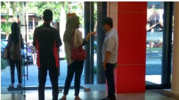 Setya Novanto saat kepergok datang ke toko bangunan mewah di Padalarang, Kabupaten Bandung Barat. (Foto: Istimewa)