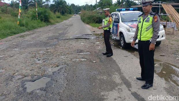 Jalanan di Tapanuli Bagian Selatan hingga Riau Alami Rusak Parah