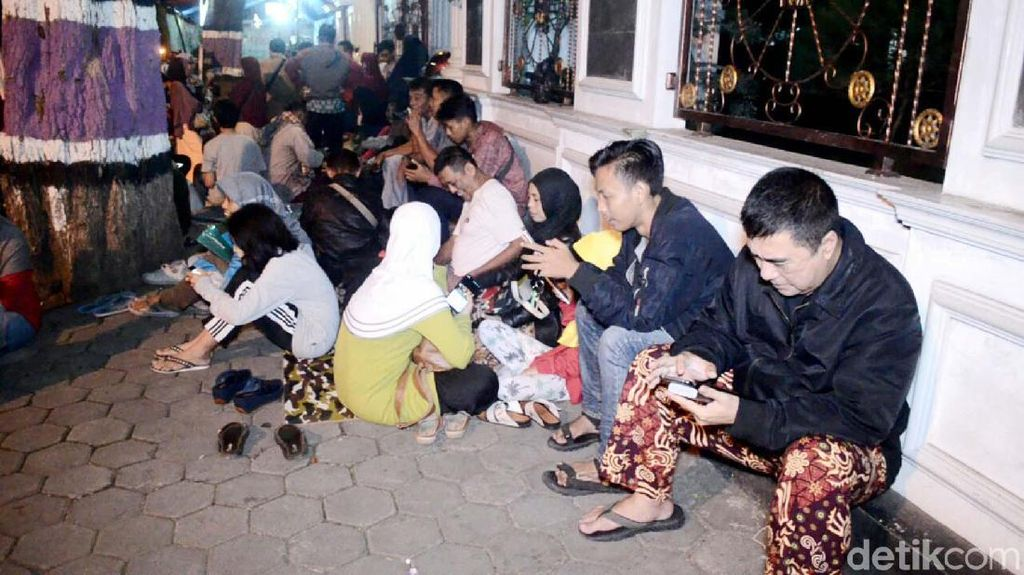 Demi Anak, Puluhan Ortu Rela Menginap di Depan SMPN 2 Purworejo