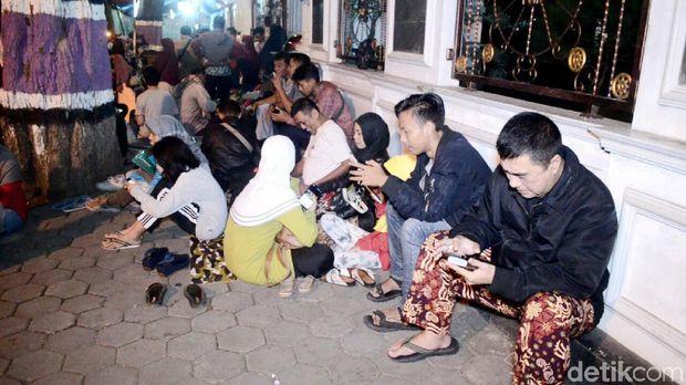 Orang tua menginap di depan SMPN 2 Purworejo, Minggu (16/6) malam.