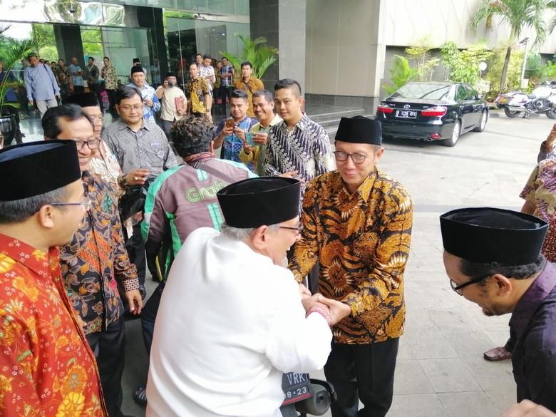 Quraish Shihab naik ojol untuk pertama kali. Foto: Dok.Twitter Lukman Hakim Saifuddin