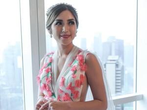 Cantiknya Jessica Iskandar Pakai Gaun Penuh Bunga Saat Tunangan