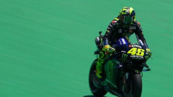 Valentino Rossi sudah dua tahun tak mampu juara di MotoGP. (Foto: LLUIS GENE / AFP)
