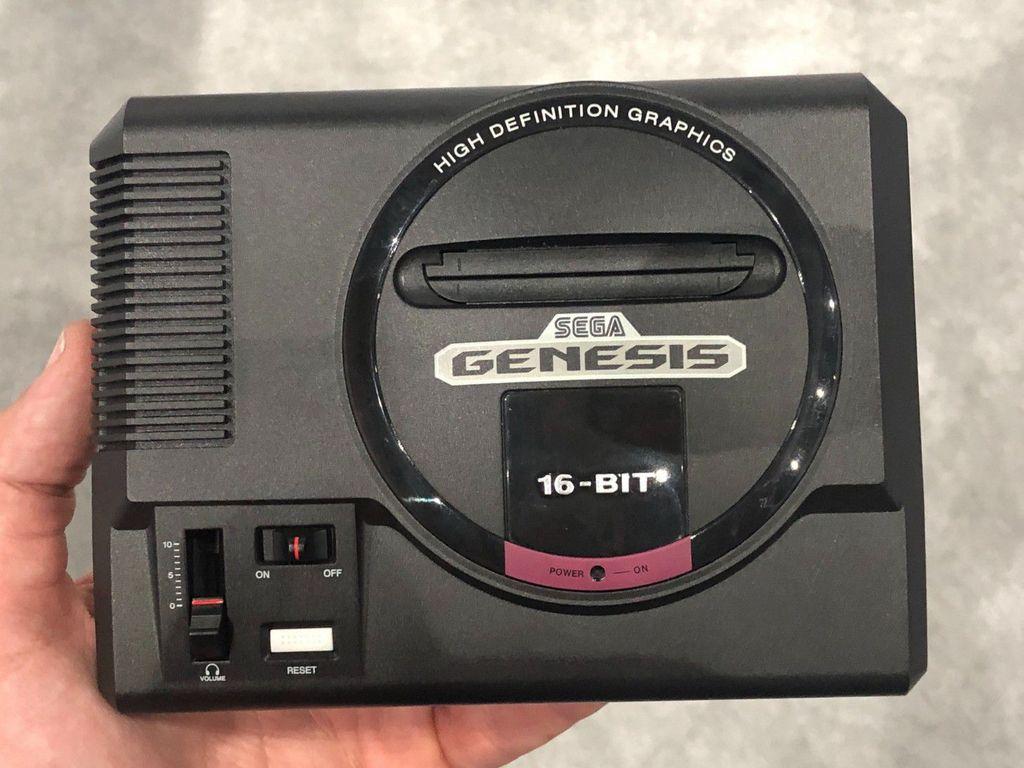 Berdasarkan situs resminya, paket pembelian dari Genesis Mini atau Mega Drive Mini akan meliputi satu buah konsol, dua unit control pad, USB power adapter, kabel power, dan kabel HDMI. Foto: Game Informer