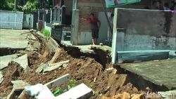 Belasan Halaman Rumah Warga di Mamuju Tiba-tiba Ambles 3 Meter