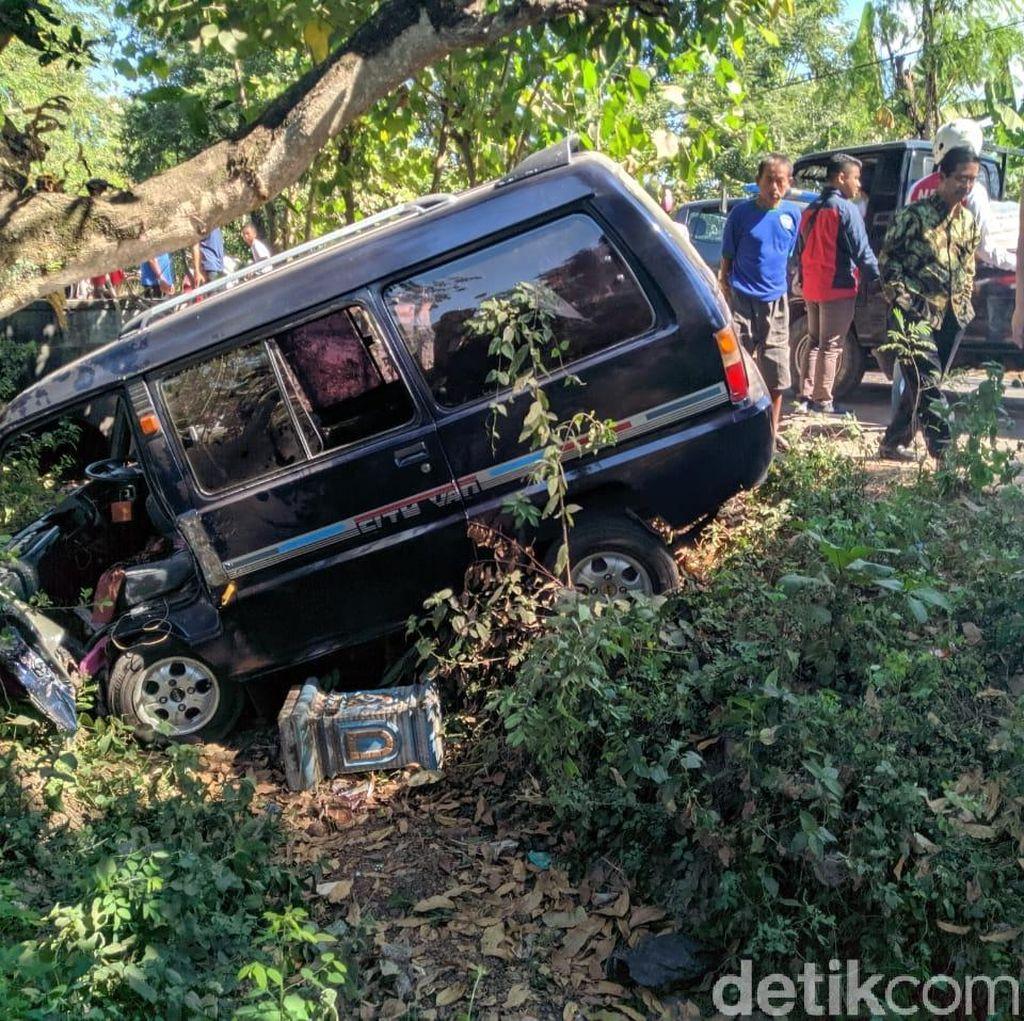 Hindari Motor Berhenti Mendadak, Sebuah Mobil Nyemplung Sungai