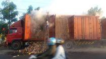 Korsleting Kabel Lampu, Truk Kontainer Muat Mi Terbakar di Jombang