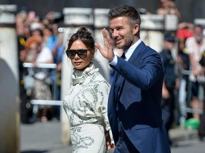 Victoria Beckham Pakai Gaun Mirip Meghan Markle ke Pernikahan Sergio Ramos