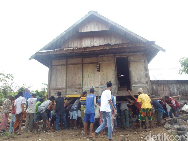 Di daerah Desa Saneo, Kecamatan Woja, Kabupaten Dompu, NTB, ada satu kegiatan unik yang dilakukan warga setempat. Namanya Hanta Uma Adat atau Uma Panggung. (Faruk Nickyrawi/detikcom)