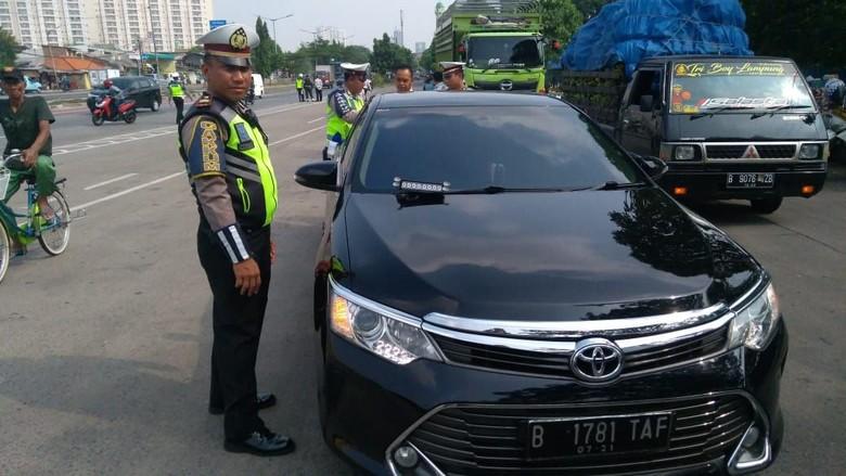 Ilustrasi polisi tilang kendaraan berstrobo. Foto: dok.istimewa