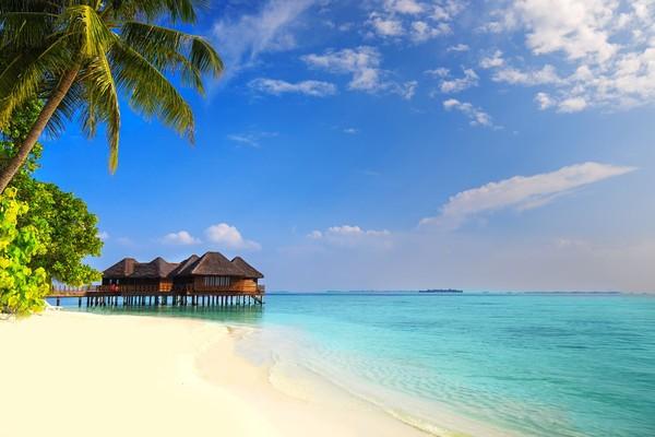 Walau berada di tengah samudera, namun akses menuju ke pulau ini sangatlah mudah. Karena ada beberapa penerbangan langsung menuju ke sini. Yakin kamu tidak mau liburan romantis ke sini? (iStock)